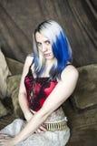 Mulher nova bonita de Goth com cabelo azul e vermelho   fotografia de stock