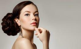Retrato de uma jovem mulher bonita com penteado criativo imagem de stock royalty free