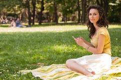 Retrato de uma jovem mulher bonita com telefone Imagens de Stock Royalty Free