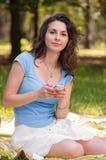 Retrato de uma jovem mulher bonita com telefone Foto de Stock Royalty Free