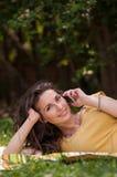 Retrato de uma jovem mulher bonita com telefone Fotografia de Stock Royalty Free