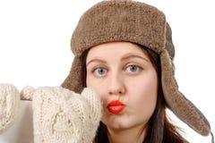 Retrato de uma jovem mulher bonita com um chapéu forrado a pele foto de stock