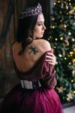 Retrato de uma jovem mulher bonita em uma imagem da rainha Fotos de Stock
