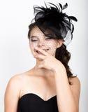 Retrato de uma jovem mulher bonita no chapéu funy retro imagens de stock royalty free