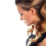 Retrato de uma jovem mulher bonita no perfil imagem de stock
