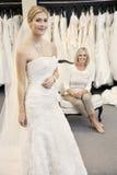 Retrato de uma jovem mulher bonita no vestido de casamento com fundo de assento da mãe Imagem de Stock