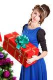 Retrato de uma jovem mulher bonita que guarda um presente perto do C Fotografia de Stock