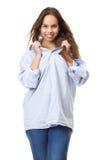 Retrato de uma jovem mulher bonita que sorri e que guarda a camisa Fotos de Stock Royalty Free