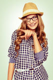 Retrato de uma jovem mulher bonito com vestidura ocasional que aponta ao Imagens de Stock