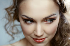 Retrato de uma jovem mulher com cabelo bonito Fotografia de Stock Royalty Free