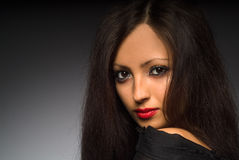 Retrato de uma jovem mulher com cabelo longo fotos de stock