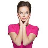 Retrato de uma jovem mulher com emoções e mãos calmas na cara Foto de Stock
