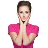 Retrato de uma jovem mulher com emoções e mãos calmas na cara Imagem de Stock