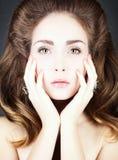 Retrato de uma jovem mulher com joia. Fotos de Stock