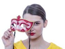 Retrato de uma jovem mulher com uma máscara fotografia de stock