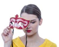 Retrato de uma jovem mulher com uma máscara fotos de stock royalty free