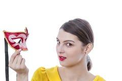 Retrato de uma jovem mulher com uma máscara foto de stock
