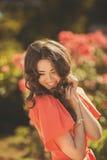 Retrato de uma jovem mulher com olhos azuis profundos bonitos no parque do verão fotos de stock royalty free