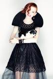 Retrato de uma jovem mulher com um cachorrinho pequeno Fotografia de Stock Royalty Free
