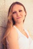 Retrato de uma jovem mulher de sorriso na cidade Foto de Stock