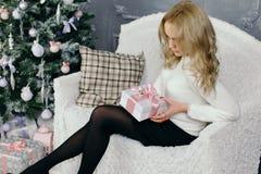 Retrato de uma jovem mulher durante preparações para o Natal em casa Imagens de Stock
