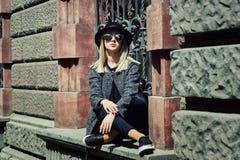 Retrato de uma jovem mulher em um chapéu de feltro na cidade imagem de stock