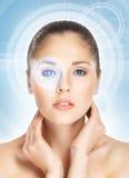 Retrato de uma jovem mulher em um fundo abstrato azul Imagem de Stock Royalty Free