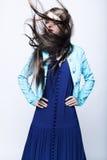 Retrato de uma jovem mulher em um vestido azul Fotos de Stock