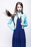 Retrato de uma jovem mulher em um vestido azul Imagem de Stock Royalty Free