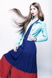 Retrato de uma jovem mulher em um vestido azul Fotos de Stock Royalty Free
