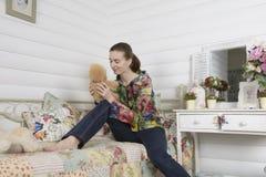Retrato de uma jovem mulher em uma sala de crianças interior fotografia de stock