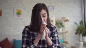 Retrato de uma jovem mulher espirrando filme