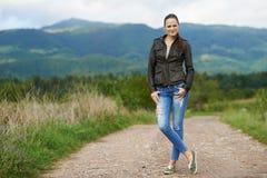 Retrato de uma jovem mulher exterior imagem de stock royalty free
