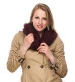 Retrato de uma jovem mulher feliz com revestimento e lenço do inverno imagem de stock