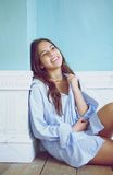 Retrato de uma jovem mulher feliz que relaxa em casa Imagens de Stock