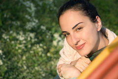 Retrato de uma jovem mulher fora, seguro foto de stock