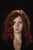 Retrato de uma jovem mulher glamoroso no fundo escuro Fotografia de Stock
