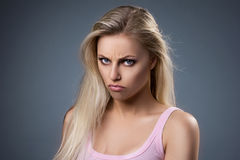 Retrato de uma jovem mulher insatisfeito Fotografia de Stock Royalty Free