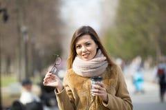 Retrato de uma jovem mulher loura de sorriso no parque da mola Fotos de Stock
