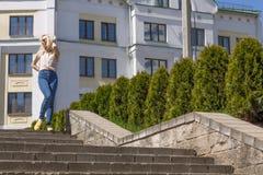 Retrato de uma jovem mulher na cidade Fotos de Stock Royalty Free