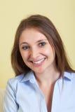 Retrato de uma jovem mulher na sala de visitas imagem de stock
