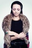 Retrato de uma jovem mulher nas peles Imagem de Stock
