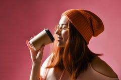 Retrato de uma jovem mulher no café bebendo de pano do inverno fotos de stock