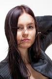 Retrato de uma jovem mulher no casaco de cabedal Fotos de Stock