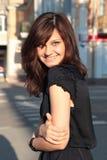 Retrato de uma jovem mulher no por do sol Imagem de Stock