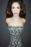 Retrato de uma jovem mulher no vestido do vintage. Fotografia de Stock Royalty Free