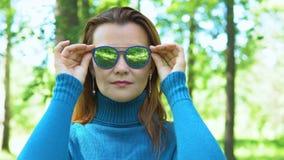 Retrato de uma jovem mulher nos óculos de sol vídeos de arquivo