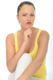 Retrato de uma jovem mulher pensativa que medita um problema Fotografia de Stock Royalty Free