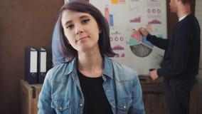 Retrato de uma jovem mulher que está em um escritório na moda vídeos de arquivo