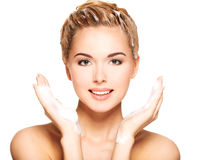 Retrato de uma jovem mulher que lava seu cabelo fotografia de stock royalty free